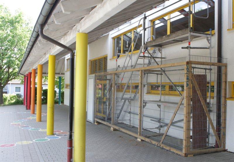 Die provisorische Fluchttreppe wird im Rahmen der Erweiterung des Schülerhorts durch eine Fluchtgalerie auf einem neuen Vordach ersetzt  GB-Foto: Bäuerle