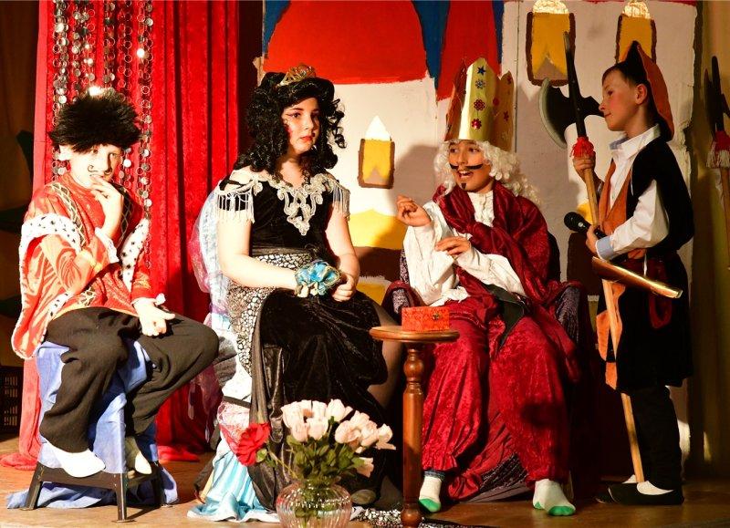 Theater in Gültstein: Die echte Prinzessin findet auf der Erbse keinen Schlaf GB-Foto: Holom
