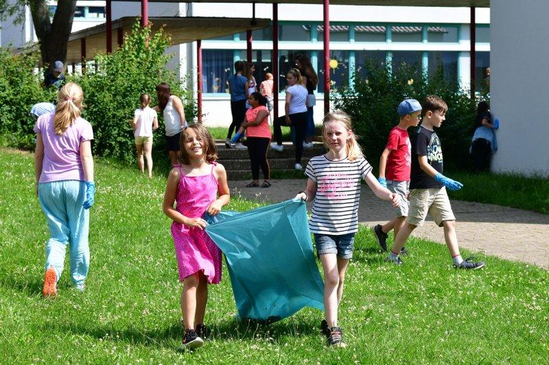 Unterwegs mit blauen Säcken: Müllsammeln kann Spaß machen  GB-Foto: Holom