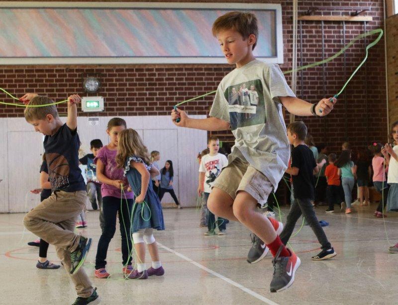Hoch und höher: Den Schülern macht das Seilspringen sichtlich Spaß  GB-Foto: Bäuerle