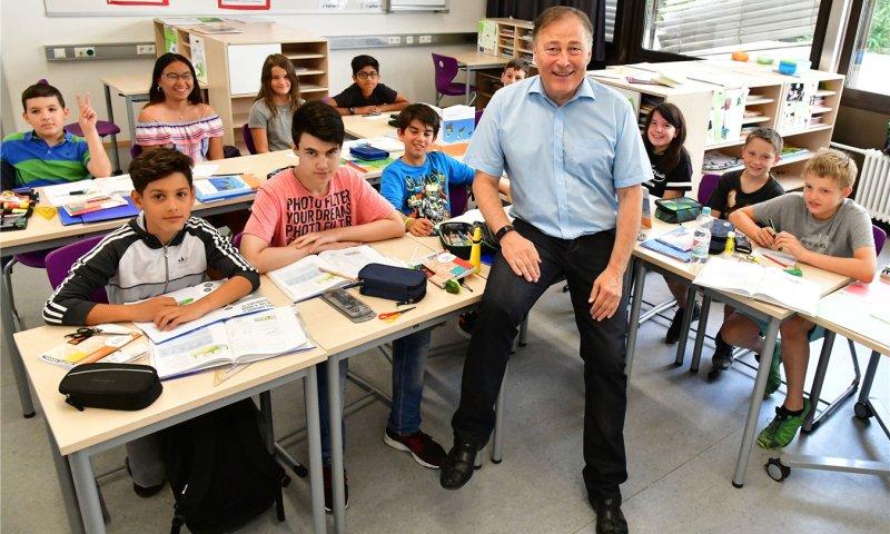 Bald ein Ruheständler: Wolfgang Graf-Götz inmitten seiner Schüler GB-Foto: Holom