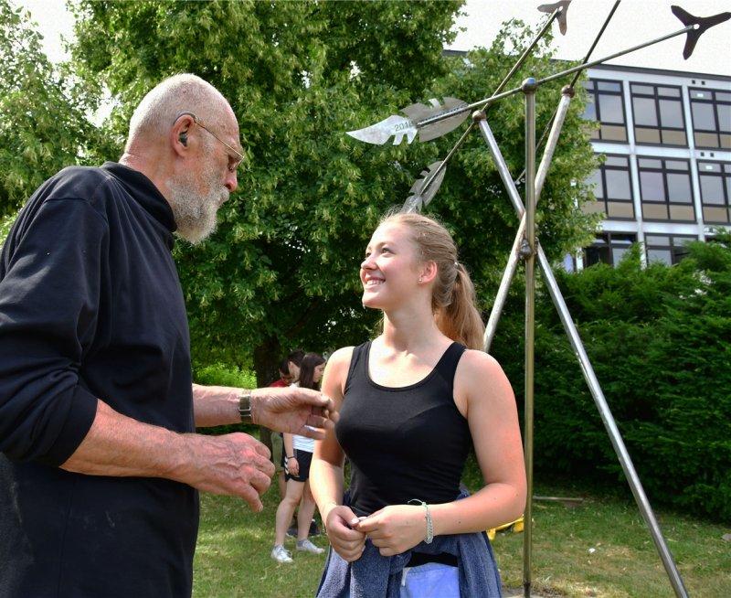 Das Denkmal steht: Lutz Ackermann im Gespräch mit der Initiatorin Pia Forner  GB-Foto: Holom
