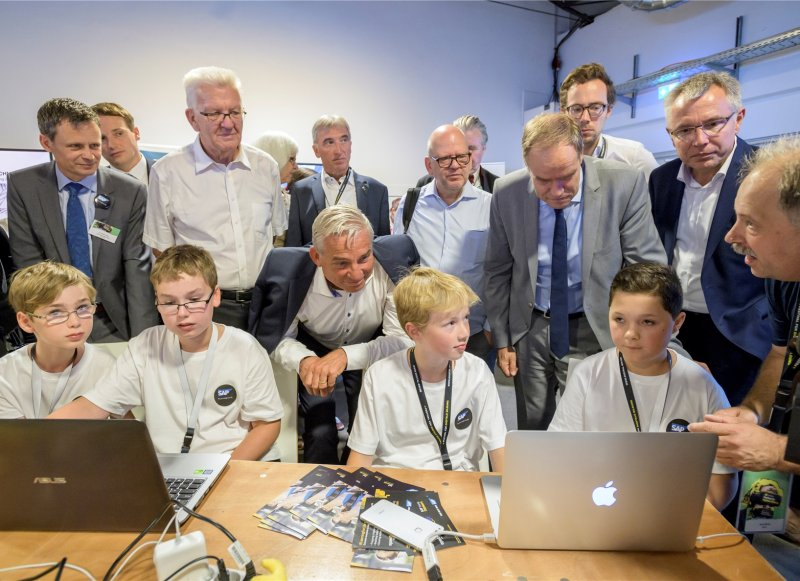 Ministerpräsident Winfried Kretschmann und Innenminister Thomas Strobl gehören zu den gebannten Zuhörern: Herrenberger Schüler erklären den Algorithmus eines sel ...