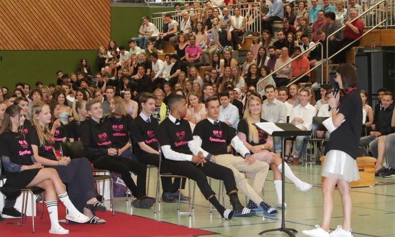 Mit einer Aufführung unterhalten die Schüler bei der JRS-Abschlussfeier GB-Foto: Bäuerle