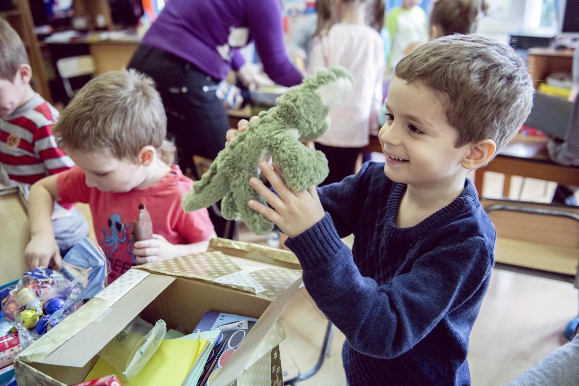 Gänsehaut: Rumänische Kinder freuen sich über Geschenke - HANAUER ...